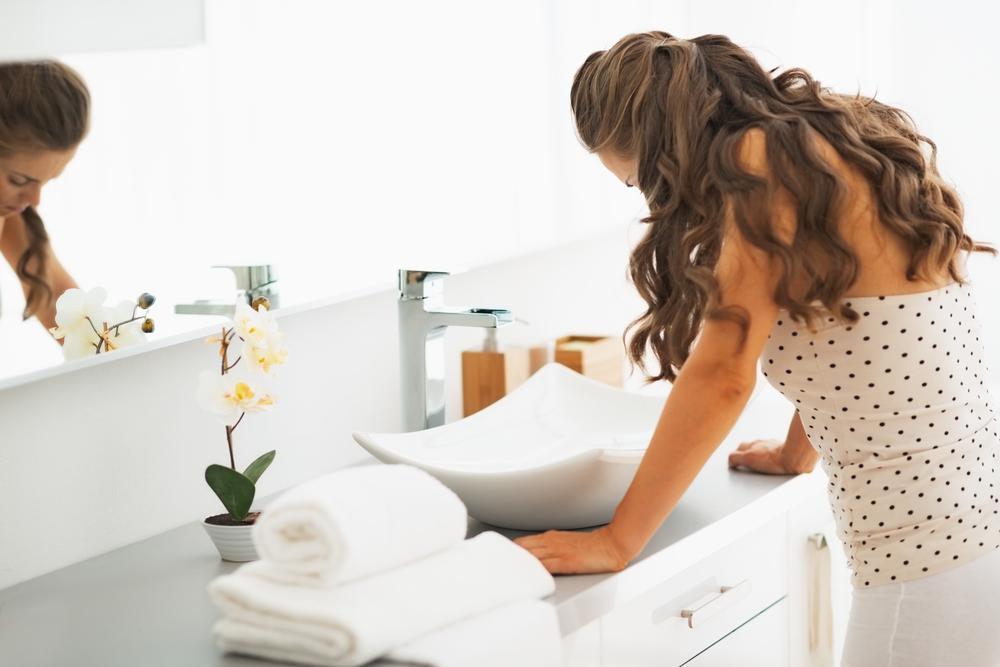Mulher bulimia no banheiro